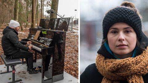 Links sitzt ein Mann in Winterjacke und Mütze an einem Klavier im Wald, rechts schaut eine junge Frau mit Schal in die Kamera