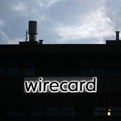 Blick auf die schwarze Fassade der Wirtecard-Zentrale in der Dämmerung