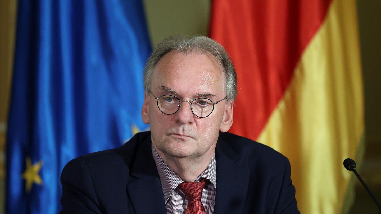 Sachsen-Anhalts Ministerpräsident Reiner Haseloff (CDU) sitzt in der Staatskanzlei
