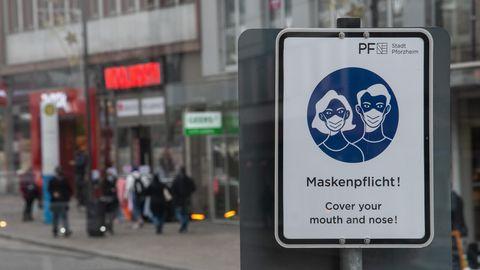 Ein Schild in Pforzheim weistin der Innenstadt auf die Maskenpflicht hin