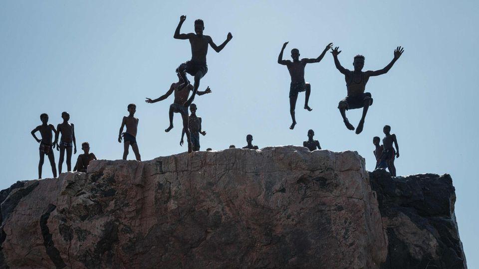 Hamdayit, Sudan.Sie sind vor den kriegerischen Auseinandersetzungen in Äthiopien nach Norden in den Sudan geflüchtet. Jetzt nehmen sie mit einem Sprung in den Grenzfluss ein Bad. Doch wie es für sie weitergeht bleibt ungewiss.
