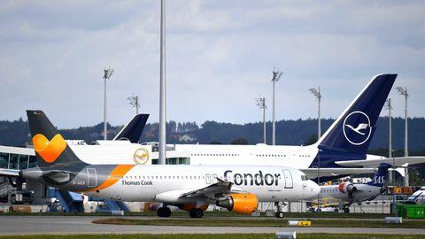 Auf dem Rollfeld am Flughafen München: Flugzeuge vonLufthansa und Condor