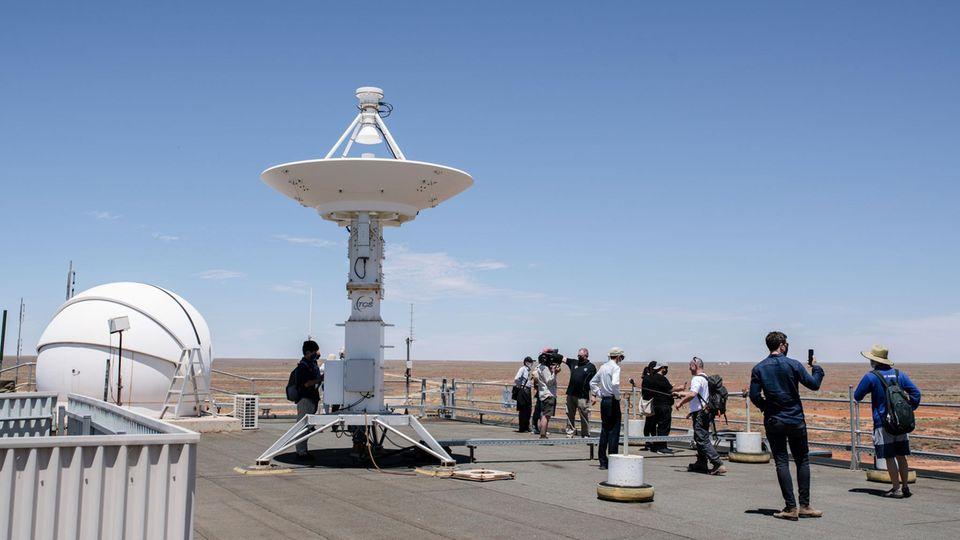 Jaxa hat Satellitenschüsseln, Drohnen und Hubschrauber vor Ort im Einsatz, um die von der Kapsel ausgehenden Funksignale zu empfangen und die Kapsel nach der Landung zu finden.