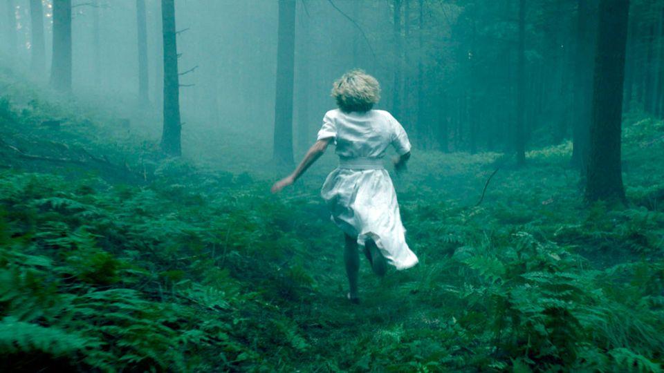 Barbara Neder (Silke Bodenbender) rennt durch den Wald - eine Szene aus «Das Geheimnis des Totenwaldes
