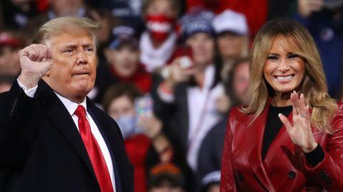 Donald Trump und First Lady Melania vor einer Menschenmenge. Melania lächelt