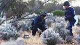Nach der300 Millionen Kilometer langen Reise am Boden: Am Morgen des 6. Dezember wird der Behälter imWoomera-Zielgelände im Süden Australiens gefunden.