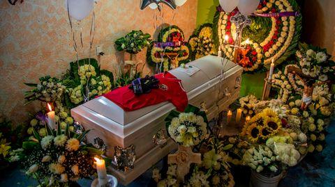 Mexiko-Stadt: Ein Trikot und Fußballhandschuhe liegen auf dem Sarg des 14-jährigen Alessandro