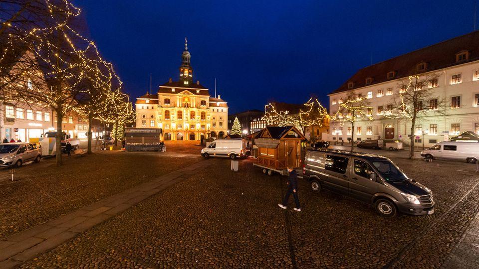 Niedersachsen, Lüneburg: Betreiber bauen vereinzelt Weihnachtsmarkt-Buden auf dem Marktplatz vor dem Rathaus auf