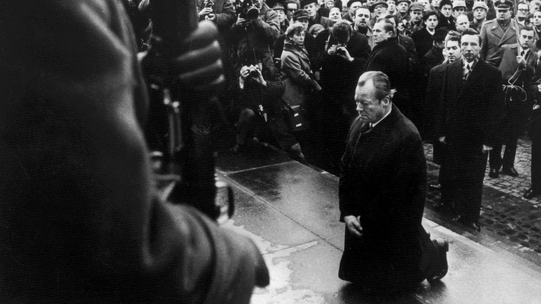 """7. Dezember 1970:Wenn die Sprache versagt - Willy Brandt fällt in Warschau auf die Knie  Es gehört zu den bewegendsten und bekanntesten Bildern der deutschen Nachkriegsgeschichte:Bundeskanzler Willy Brandt kniet im einstigen jüdischen Ghetto in Warschau vor dem Mahnmal, das den Helden des Aufstandes vom April 1943 gewidmet ist.Brandt hatte als erster westdeutscher Regierungschef nach dem Ende des Zweiten Weltkriegs die polnische Hauptstadt besucht. Unmittelbar vor der Unterzeichnung des Vertrags, in dem die Bundesrepublik die polnische Westgrenze anerkannte, legte er am Denkmal für die Opfer des Naziregimes einen Kranz ab, rückte die Schleife zurecht –und kniete dann plötzlich nieder. Schweigend verharrte der Kanzler eine halbe Minute lang vor dem Ehrenmal. Das Bild des Kniefalls von Warschau gingals Bitte um Vergebung für die Verbrechen der Nazizeit um die Welt und wurde zum Symbol für die deutsch-polnische Aussöhnung.""""Wir leben heute in einem Europa, für das Willy Brandt die Fundamente legte"""", würdigteBundesaußenminister Heiko Maas die Geste anlässlich des Jubiläums.      Brandt folgte damals einer spontanen Eingebung: """"Ich hatte nichts geplant, aber Schloss Wilanow, wo ich untergebracht war, in dem Gefühl verlassen, die Besonderheit des Gedenkens am Ghetto-Monument zum Ausdruck bringen zu müssen"""", erklärte er seine Geste später. """"Am Abgrund der der deutschen Geschichte und unter der Last der Millionen Ermordeten tat ich, was Menschen tun, wenn die Sprache versagt."""""""