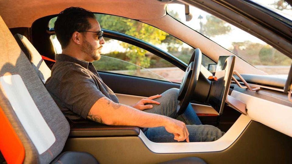 Das Fahrzeug bietet nur Platz für zweiPersonen. Die sitzen niedrig,aber bequem.