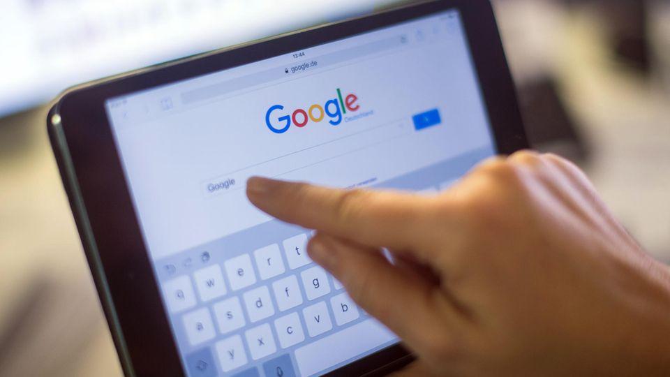 Google-Verlauf löschen: Der Google-Schriftzug und die Google-Suche auf einem iPad Mini 2.