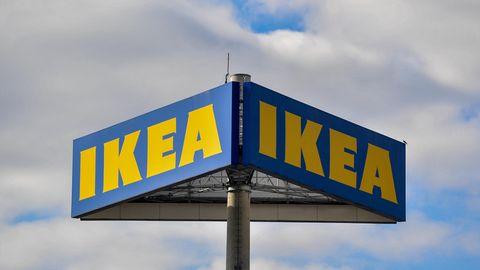 Das Logo vom Einrichtungskonzern IKEA im Ortsteil der Gemeinde Schönefeld.