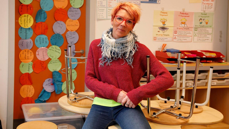 Yvonne Petrich in ihrer Schulklasse. Sie sitzt mit im Unterricht, unterstützt die Lehrkraft, bringt Ruhe rein.