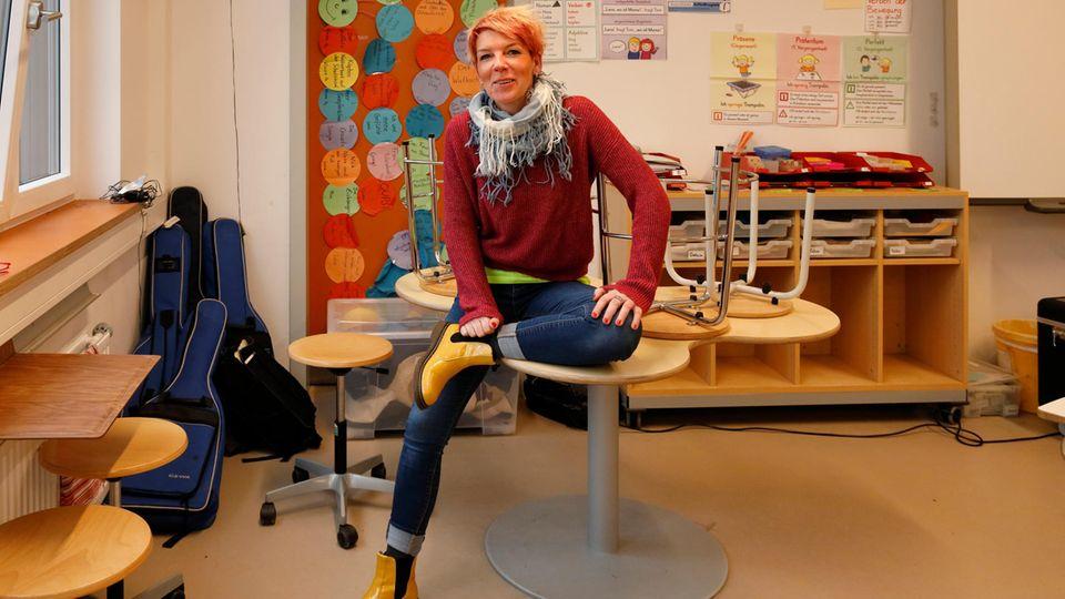 Yvonne Petrich in ihrer Schulklasse. Sie sitzt mit im Unterricht, unterstützt die Lehrkraft, bringt Ruhe rein