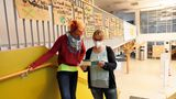 """In der Schulaula studiert die Gewaltpädagogin gemeinsam mit der Erzieherin Jessica Nonn (28) den Prospekt von """"Zündfunke e.V."""", einem Verein zur Prävention und Intervention zu sexuellem Missbrauch an Kindern und Frauen"""