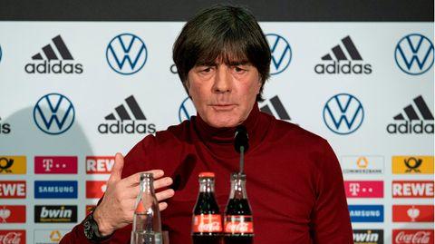 Bundestrainer Joachim Löw sitzt in der DFB-Zentrale beim digitalen Pressegespräch auf dem Podium