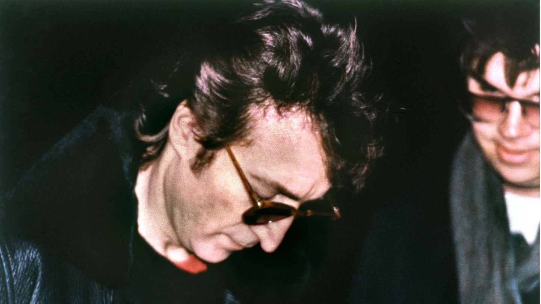 John Lennon signiert Mark David Chapman – seinem Mörder – einen Tag vor seinem Tod ein Albumcover