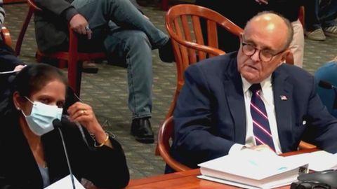 Wenige Tage vor Corona-Erkrankung: Trump-Anwalt Giuliani bittet Frau, ihre Maske abzusetzen