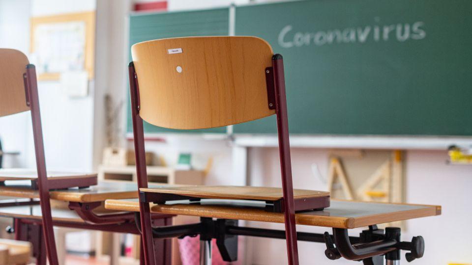 Wissenschaftler der Leopoldina empfehlen, die Schulpflicht ab nächster Woche bis zu den Weihnachtsferien aufzuheben.