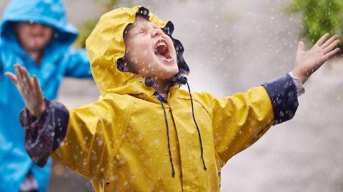 Kind schreit im Regen