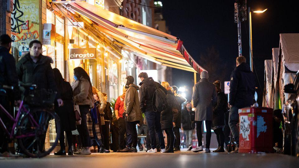 """Schlange an einem """"Glühwein to go""""-Laden in Hamburg"""