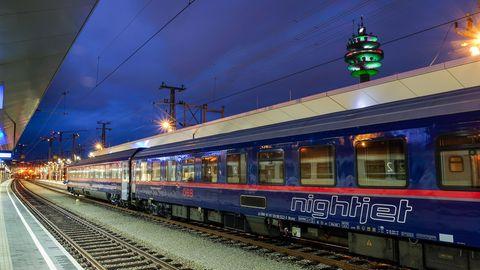 Neue Nachtzug-Linien ab 2021: Ein Nightjet steht in der Dämmerung in einem Bahnhof