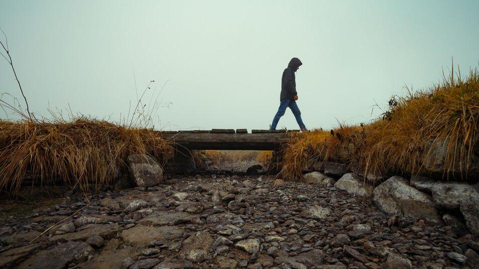Ein Mann geht einsam spazieren