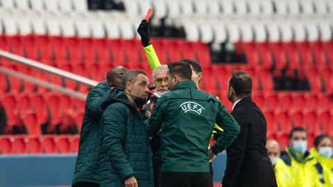 Champions League: Pierre Webo (links) sieht am Spielfeldrand die Rote Karte