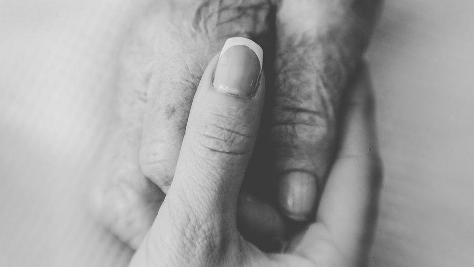 """Hospiz-Besuch: Sterben in Zeiten von Corona: """"Jetzt stehen wir da und dürfen nicht mal die Hand geben"""""""