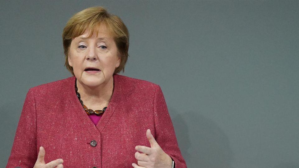 Bundeskanzlerin Angela Merkel (CDU) macht sich im Bundestag emotional für strenge Corona-Maßnahmen stark