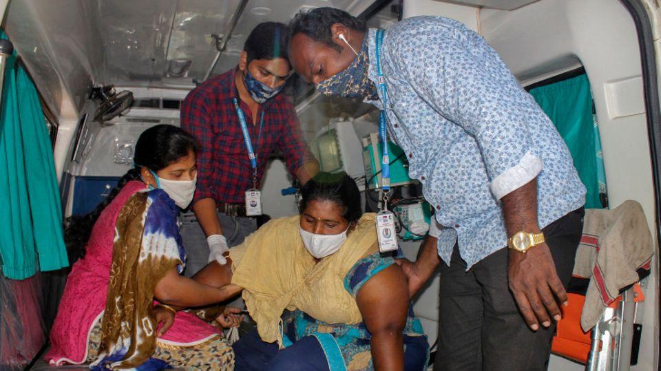 Eine mysteriöse Krankheit in Südindien bringt immer mehr Menschenins Krankenhaus.