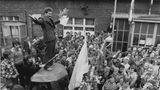 Die Welt hat Bilder wie dieses in Erinnerung, als Lech Walesa heute vor 37 Jahren den Friedensnobelpreis bekommt. Die ikonische Aufnahme zeigt den damals 36-Jährigen, als er im Sommer 1980 auf einem behelfsmäßigen Podium vorden streikenden Arbeitern der Lenin-Werft in Danzig spricht. Walesa war zu der Zeit der Leiter Streikkomitees. Drei Jahre später war die Lage in Polen noch immer so riskant für ihn, dass er am 10. Dezember 1983 die Auszeichnung in Oslo nicht persönlich entgegen nahm, sondern seine Frau und seinen Sohn schickte. Walesa hatte Angst, nicht wieder nachPolen einreisen zu dürfen.