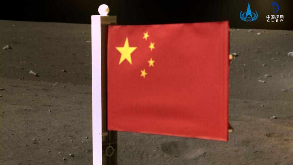 Chinas Flagge ausgeklappt auf dem Mond