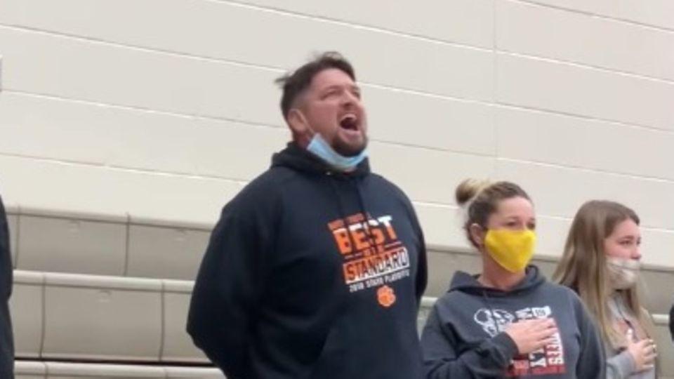 Vater singt Nationalhymne beim Basketballspiel seines Sohnes – und haut alle um