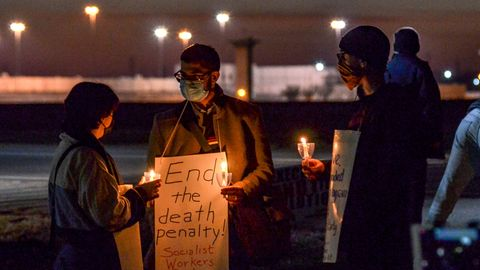 Menschen protestieren gegen die Hinrichtung von Brandon Bernard