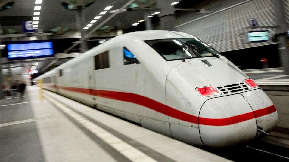Ein ICE fährt aus dem Berliner Hauptbahnhof
