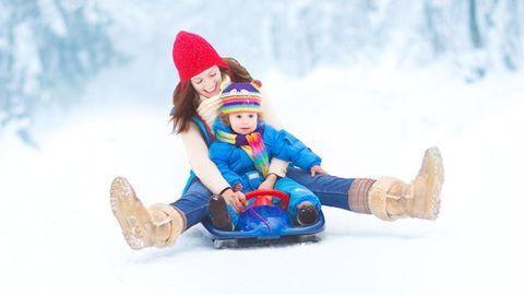 Kinder lieben es Schlitten zu fahren