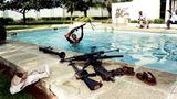 Für diese Aufnahme wurde Perry Kretz mit einem World Press Photo Award ausgezeichnet. Der Fotograf war im Mai 1997 zugegen, als nur Tage nach dem Sturz von Zaires Diktator Mobutu Sese Seko Rebellen Maschinengewehre aus dem Pool einer seiner Villen in Kinshasa bergen.