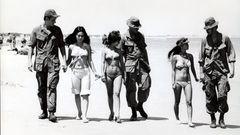 Kretz lieferte martialische Bilder von den Kämpfen, zeigte aber auch die andere Seite des Krieges: Soldaten, die sich1971am Strand von Vung Tauin Kampfmontur mit jungen Bikini-Frauen am Strandvergnügen.