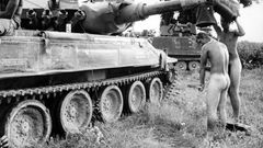 1971 drückte er in Südvietnam auf den Auslöser, als zwei US-Soldaten nach dem Gefecht unter einer provisorischen Dusche ihre Körper reinigten.