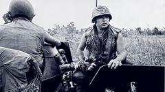 Im Alter von 87 Jahren ist der stern-Fotograf Perry Kretz in Hamburg gestorben. Von 1969 an berichtete er vier Jahrzehnte lang aus aller Welt für das Magazin. In den Anfangsjahren waren es vor allem Bilder aus dem Vietnam-Krieg, die Kretz nach Hamburg lieferte. Diese Aufnahme von 1971 zeigt ihn während der Kämpfe in Trang Bang.