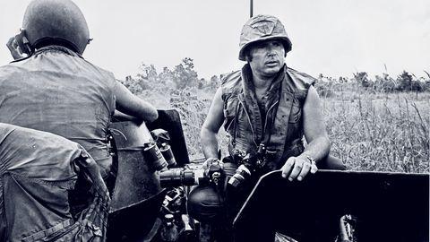 Der stern-Fotograf Perry Kretz starb am 10. Dezember 2020 im Alter von 87 Jahren in Hamburg. Von 1969 an berichtete er vier Jahrzehnte lang aus aller Welt für das Magazin. In den Anfangsjahren waren es vor allem Bilder aus dem Vietnam-Krieg, die Kretz nach Hamburg lieferte. Diese Aufnahme von 1971 zeigt ihn während der Kämpfe in Trang Bang.