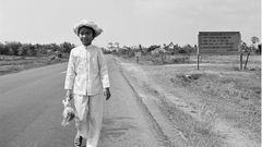 Es war eines der schlimmsten Bilder des Vietnamkrieges: 1972 zeigte der FotografNick Útdas von Napalm verbrannte, damals achtjährige MädchenKim Phuc. Kretz verhalf ihr zu mehreren Operationen in Deutschland. 1973 besuchte er Kim Phuc und ihre Familie in Vietnam - und lichtete siegenau auf der Stelle der Straße ab, auf der sie damals mit Napalm verbrannt wurde. In der Hand hält sie ihren Talisman, eine kaputte Puppe.