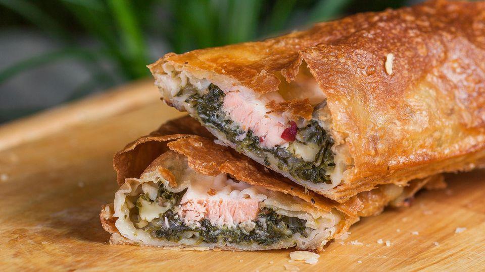 Gamerschlags Küche : Saftiger Lachs mit Spinat in Blätterteig-Hülle: So gelingt der Fisch perfekt