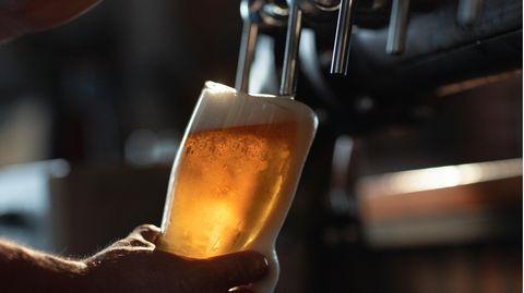 Ein Glas Bier wird gezapft