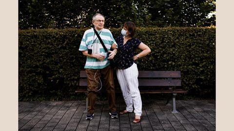 """Wenzel D., 68, Covid-19-Patient  Fotojournalist Patrick Junker begleitete in der ersten Welle Covid-19-Patienten, Ärzte und Pflegepersonal und dokumentierte den Alltag in der Pandemie. Die Bilder sollen Solidarität wecken und den gesellschaftlichen Zusammenhalt in der Corona-Pandemie stärken.  Das Bild zeigt Wenzel D. (68), hier zusammen mit seiner Tochter Katerina. D. erkrankte schwer am Virus und lag wochenlang im Koma. Er überlebte, doch der Weg zur Genesung ist lang: """"Meine Lunge tut nicht weh, aber sie ist sehr geschädigt. Meine Finger fühlen sich steif an und schmerzen, wenn ich etwas anfasse. Ich habe 16 Kilo Gewicht verloren, sehr viel Muskulatur, und immer noch halb so viel Kraft wie vor meiner Erkrankung. Jeder Schritt strengt an"""", sagt Wenzel D.  Nach dem Aufenthalt im Stuttgarter Marienhospital und der Lungenklinik wurde er in die """"Klinik für Geriatrische Rehabilitation""""des Klinikums Christophsbad in Göppingen verlegt. Die Reha half ihm dabei, langsam in den Alltag zurückzufinden.      Infos zum Projekt: Im Interview unter dieser Fotostrecke erfahren Sie mehr zu dem Hintergrund des Fotoprojekts.Am17. Dezember um 19:30Uhrwird Fotograf Patrick Junker zudem in einemLive-Interview mit Sara Dahme im KULTUR KIOSKEinblicke in seine Arbeit geben. Zur Liveübertragung geht es hier.  Ab sofort gibt es auch eineVersandaktion der Projektzeitungauf Spendenbasis. Bis zum 17. Dezemberwerden Bestellungen angenommen und Spenden für die """"Künstler*innen SoforthilfeStuttgart"""" gesammelt.Die Zeitungen können Sie hier bestellen."""