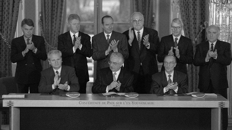 Drei Unterschriften besiegelten das Ende jahrelangen Leids. Das sogenannte Dayton-Abkommen vom 14. Dezember 1995 beendete nach mehr als drei Jahren den Bosnienkrieg.Alija Izetbegović, Vorsitzender im Präsidium der Republik Bosnien und Herzegowina (vorn, r.), Slobodan Milošević, Präsident der Republik Serbien (vorn, l.)undFranjo Tuđman, Staatspräsident der Republik Kroatien (vorn, M.), unterzeichneten in Paris das seit dem 21. November unter der Leitung von US-Präsident Bill Clinton (hinten, 2.v.l.) ausgehandelte Dokument. Der Status von Bosnien und Herzegowina als eigenständiger Staat wurde besiegelt, die Waffen sollten schweigen. Bis zu 300.000 Menschen sollen in dem Konflikt ihr Leben verloren haben. Doch trotz des Friedensabkommens: Die Gewalt auf dem Balkan nahm kein Ende. Bald darauf brachder Krieg im Kosovo aus.