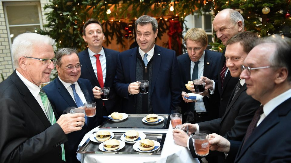 Ministerpräsidenten beim Glühweintrinken 2019