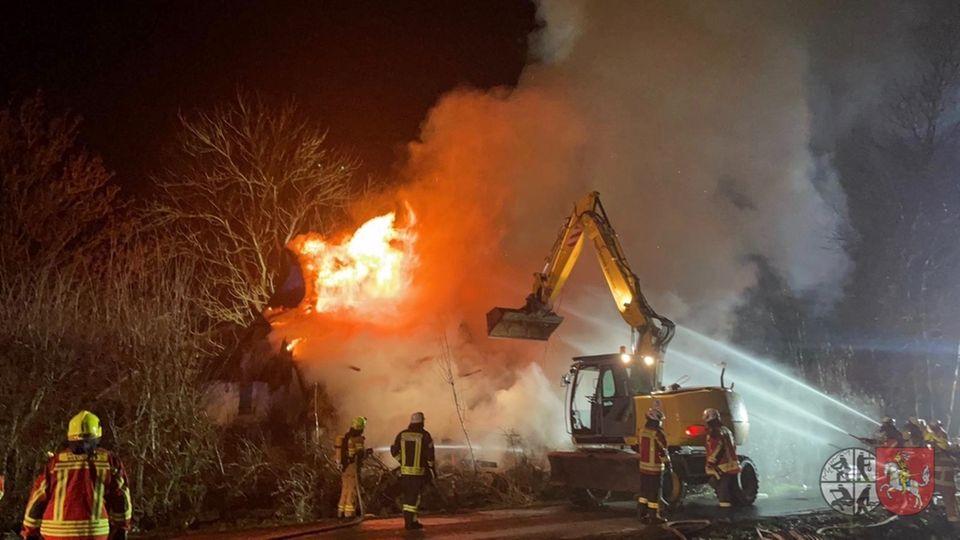 Das Ferienhaus von Oliver Geissen steht in Flammen. Die Feuerwehr schaffte zur Brandbekämpfung einen Bagger heran.