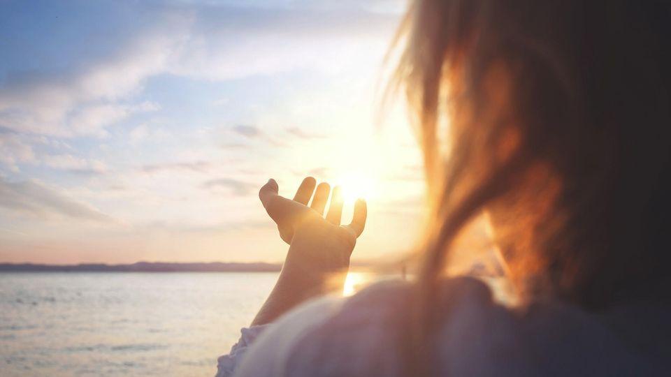 Glaube und Meditation: Ist da wer? Und wenn ja: wo? Meine Suche nach höheren Mächten zwischen Om und Amen